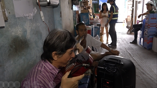 Audiences attracted by song magic and dance of street artists