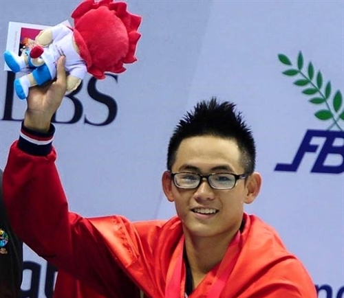 Nhật wins gold sets national record in swimming