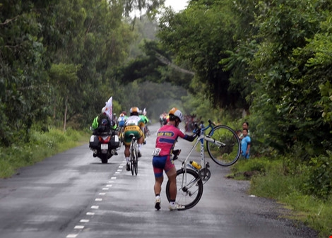 48 cyclists pull out of Mekong Delta race