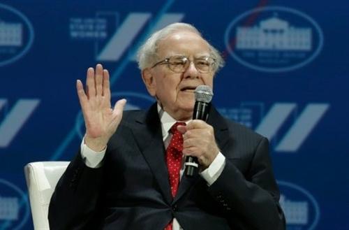 US billionaire Buffett challenges Trump to reveal tax returns