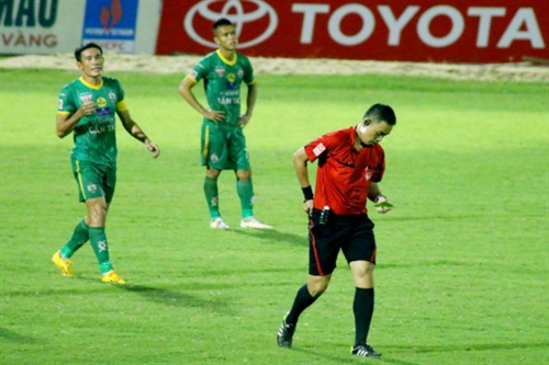Footballer Công banned for bad words
