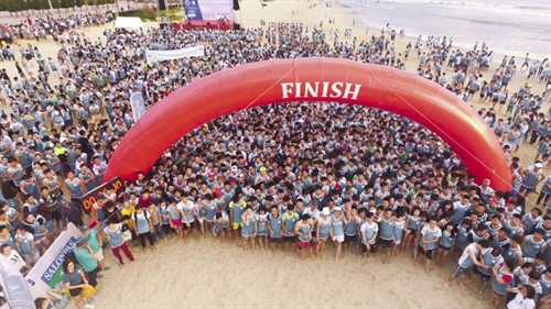 Barefoot runners race in Đà Nẵng beach