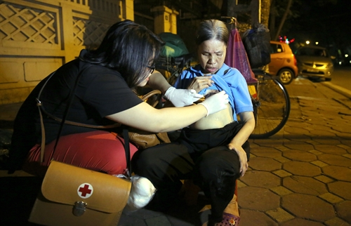 Volunteers provide health care for homeless
