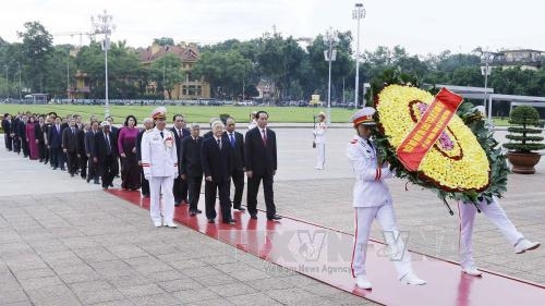 Party State leaders pay tribute to President Hồ fallen soldiers
