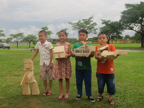 Hà Nội children put to work with wood