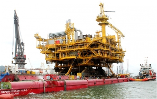 Vietsovpetro launches topsides of super-size platform