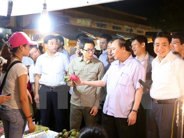 PM inspects food safety at vegetable market