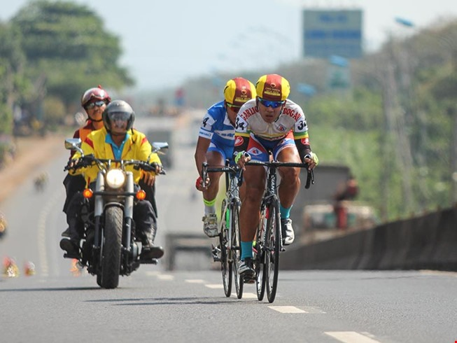 Cyclists face traffic jam at Bến Tre Cycling event