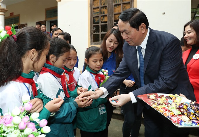 President presents Tết gifts to poor