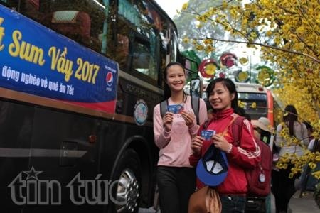 Poor students workers gifted bus tickets to return home for Tết
