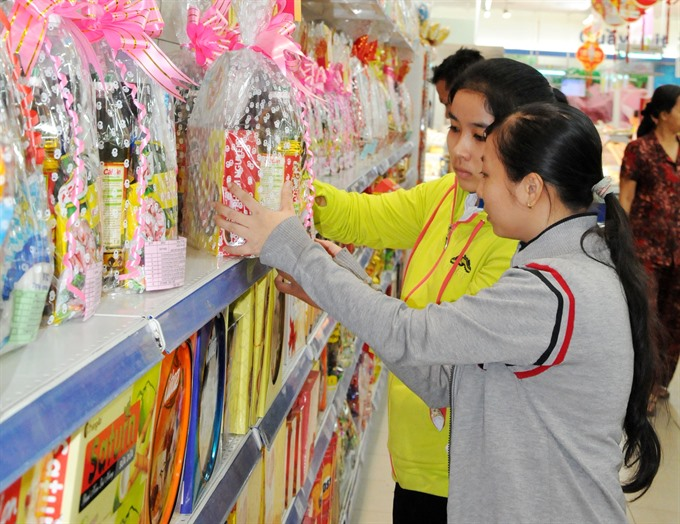 Customers line up for Tết gift hampers