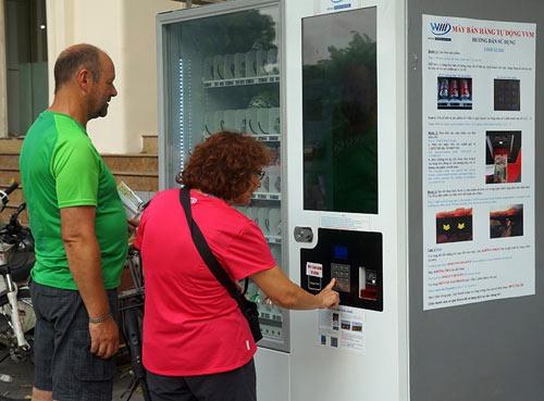 Hanoians praise citys year-old vending machines