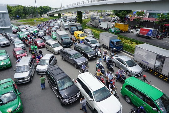 HCM City halts expansion of app-based taxi providers