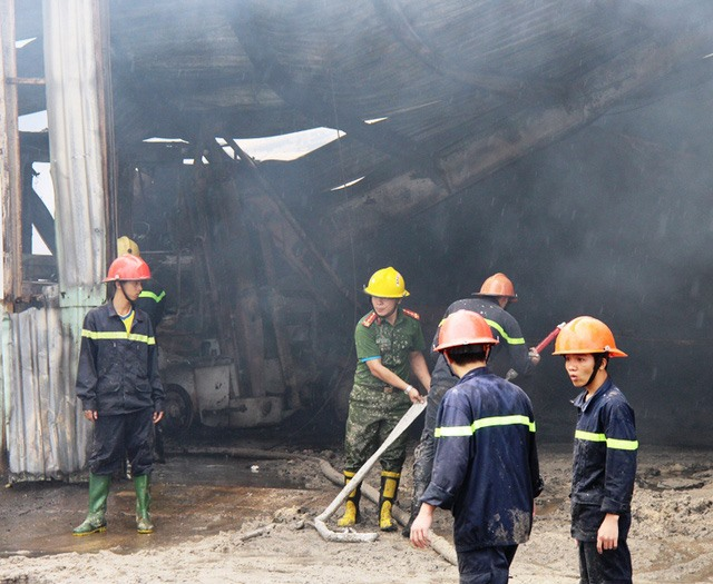 Fire destroys 200 tonnes of goods and equipment