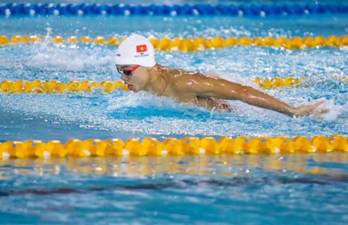 Hoàng beats SEA Games champion at swimming tournament