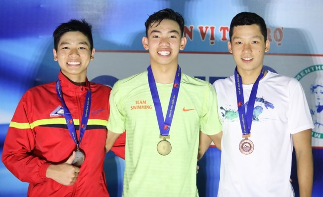 Hoàng sets three records at national swimming event