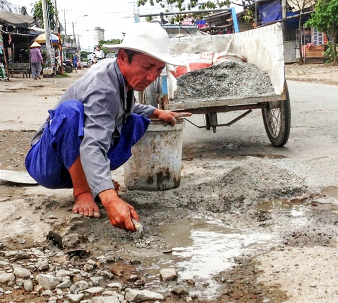 Cần Thơ lottery ticket salesman fixes potholes