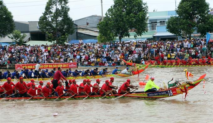 Over 500 Khmer race boats at Oóc Om Bóc Festival