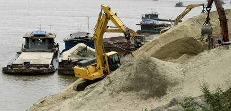 Southern provinces worried as sand prices soar