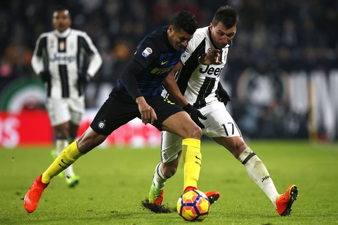 Juve march on as Allegri England rumours swirl
