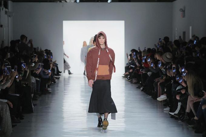 Chinese designer lights up NY with gender bending show