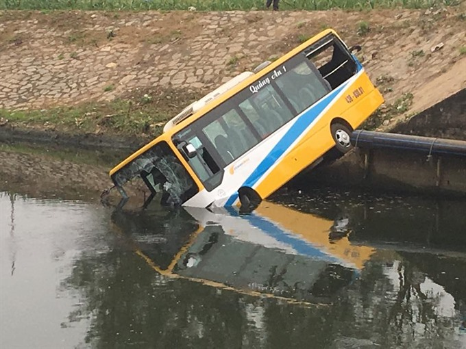 Collision sends Đà Nẵng bus plunging into channel