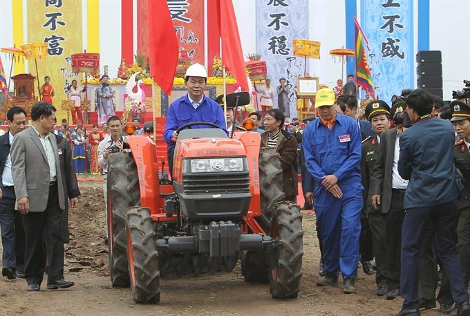 President attends annual ploughing festival in Hà Nam