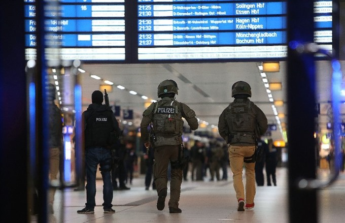 Axe attacker injures seven at German station: police