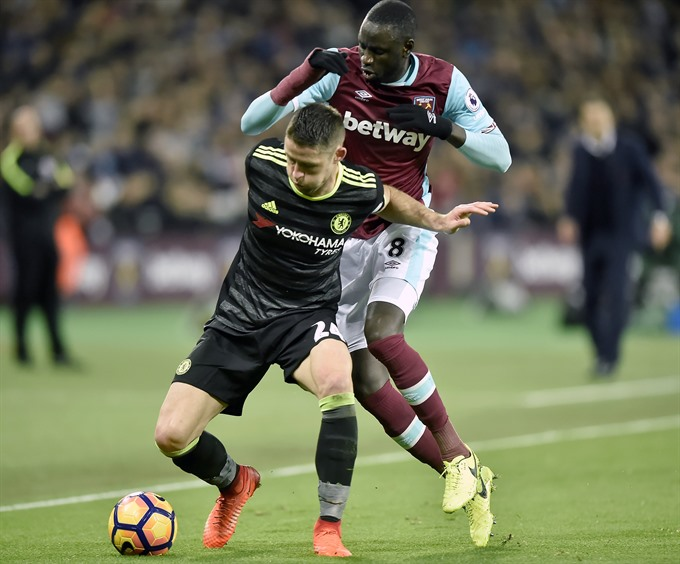 Kante confounds Conte as Chelsea sink West Ham