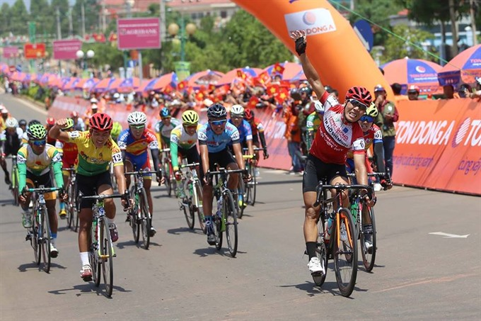 Nhân wins wears green jersey in cycling tournament