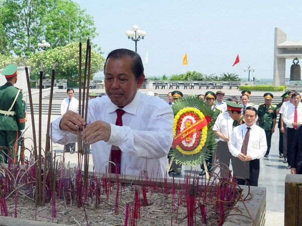 Flag-raising ceremony in Quảng Trị marks National Reunification Day