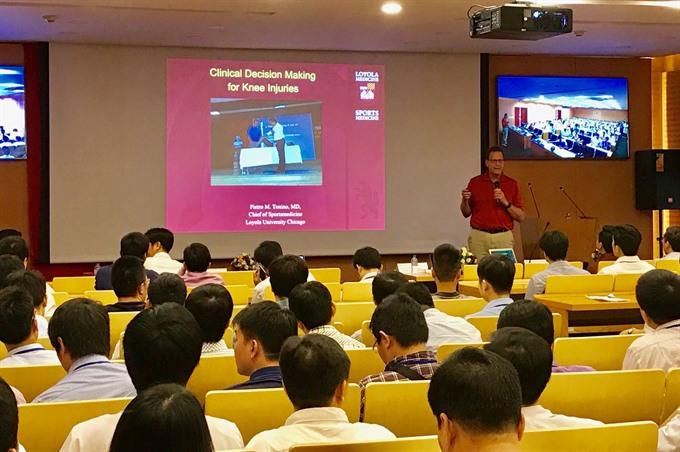 US expert trains doctors on arthroscopy in Hà Nội