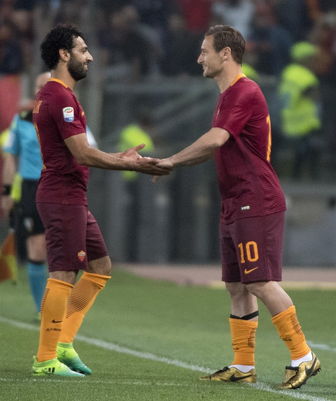 Totti all smiles as defiant Roma keep Juve waiting