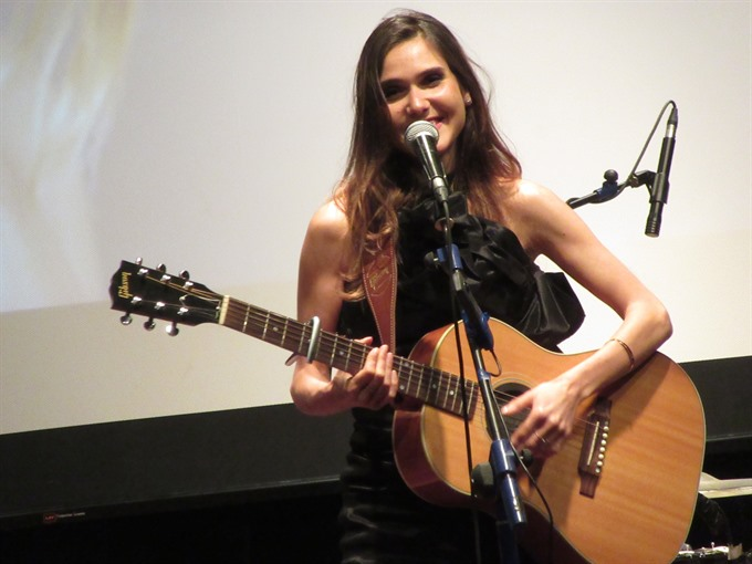 French songstress performs for VN kids