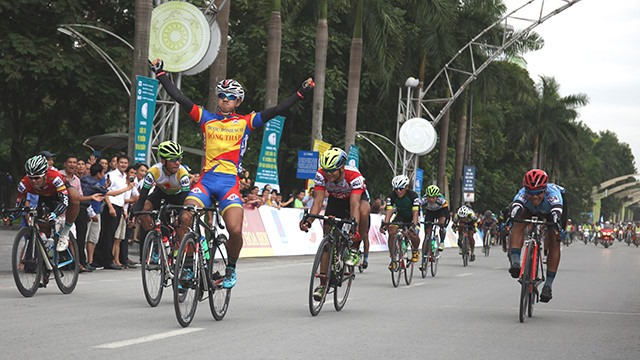 Hoài takes second stage of Return to Trường Sơn Cycling Tournament