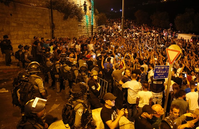 Israel removes more security installations at sensitive holy site