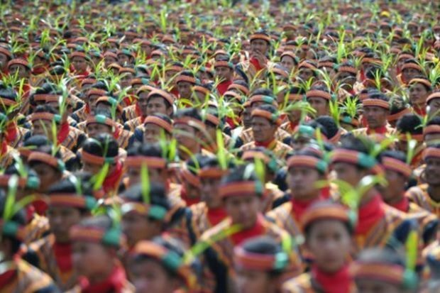 Record-breaking dance in Indonesias Aceh promotes unity