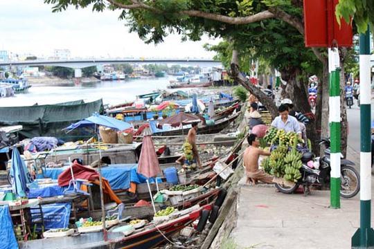 Floating fruit market on HCM Citys Tẻ Canal