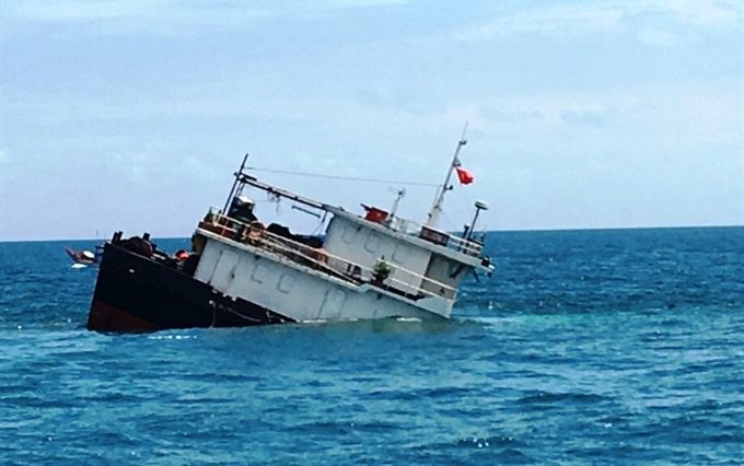 Ship sinks Thanh Hóa tries to prevent oil spill