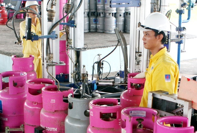 Cooking gas price up VNĐ16000 in southern regions