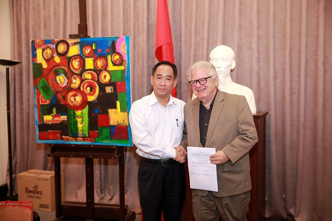 Former ambassador presents paintings to museum