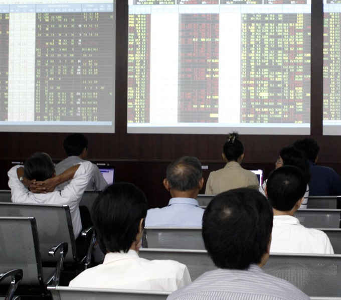 VN stocks fall on energy bank shares