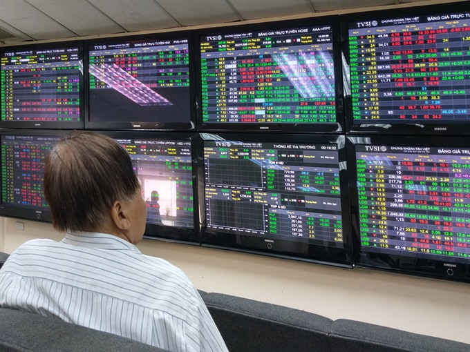 VN Index falls after late selling