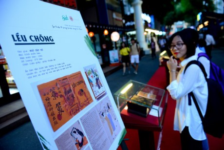 Old book exhibition reviews contemporary Vietnamese literature