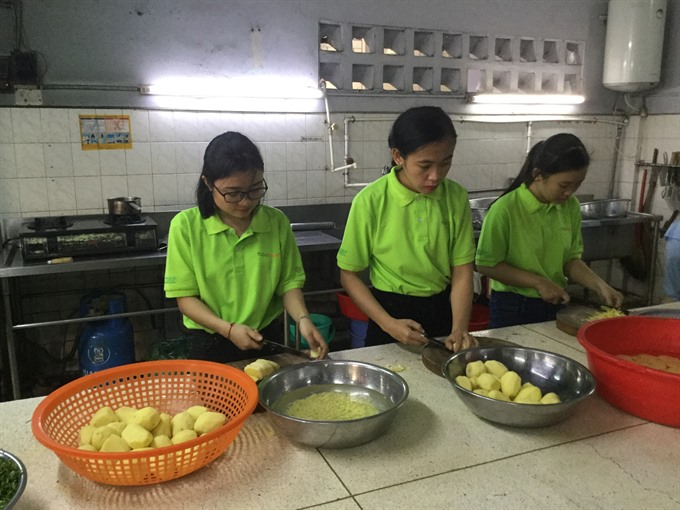 Red Cross sets up Foodbank Việt Nam to feed indigents