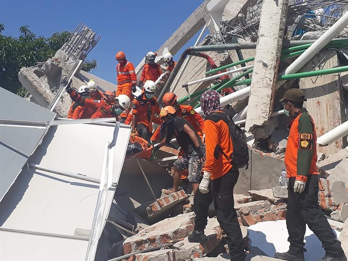 Quake-hit Indonesia asks for help graves dug for 1000-plus