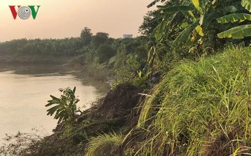 Illegal sand exploitation causes land erosion along Hồng River