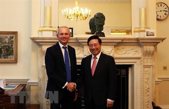 Deputy PM attends Vietnam-UK business forum