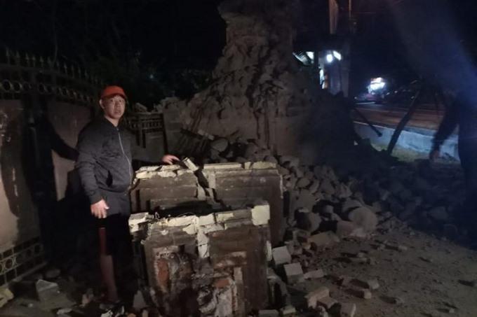 Three killed after magnitude 6.3 quake off Java and Bali