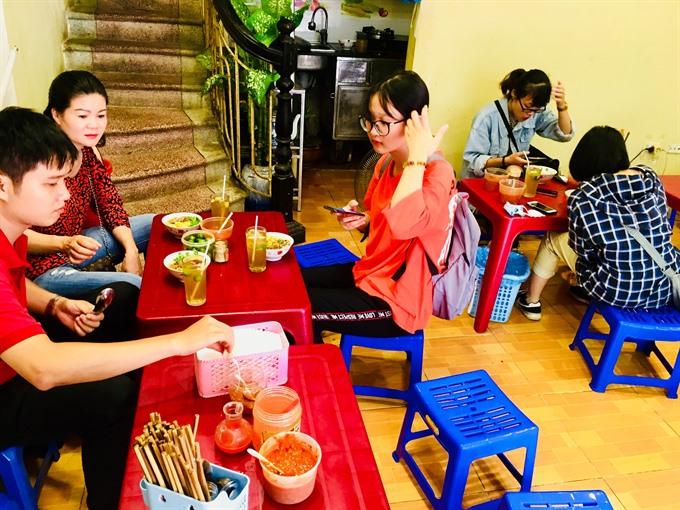 Discover Hà Nộis bánh đúc nóng of Bà Nội